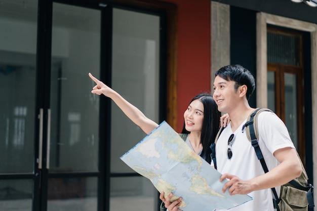 Couple de voyageurs asiatiques direction sur la carte de localisation à pékin, chine Photo gratuit