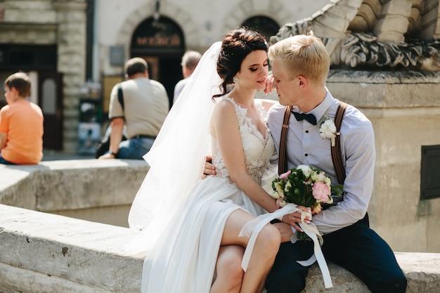 Coupler une source nouvellement marié Photo gratuit