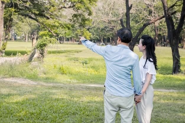 Couples Adultes Mâles Et Femelles Dans Le Parc. Photo Premium