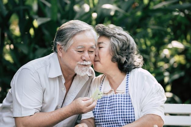 Couples âgés cuisiner des aliments sains ensemble Photo gratuit