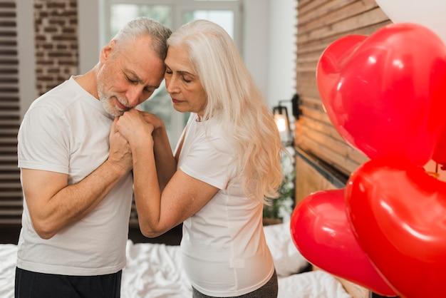 Couples Aînés, Célébrer, Valentines, Jour, Chez Soi Photo gratuit
