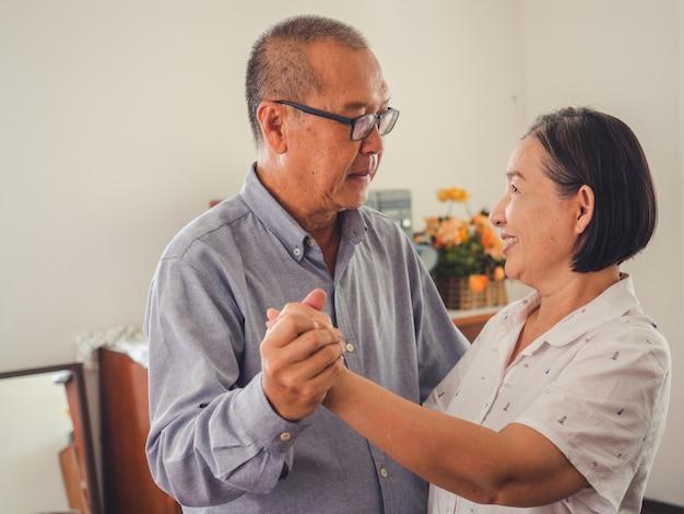 Les couples d'aînés dansent ensemble dans la chambre Photo Premium