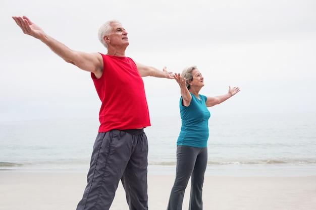 Couples aînés, debout, à, bras étendus Photo Premium