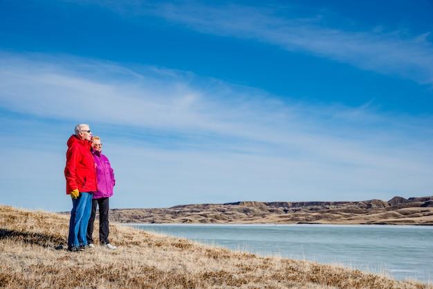 Couples Aînés, Debout, Négligence, Une, Couvert Glace, Lac, Diefenbaker Photo Premium