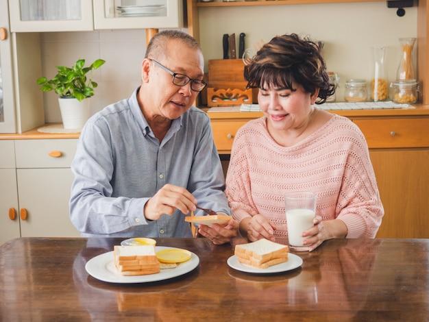 Les couples d'aînés déjeunent ensemble Photo Premium