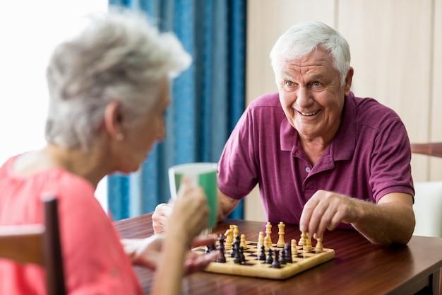 Couples Aînés, Jouer échecs Photo Premium