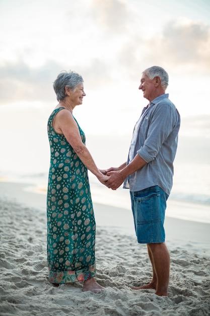 Couples aînés, tenant mains Photo Premium