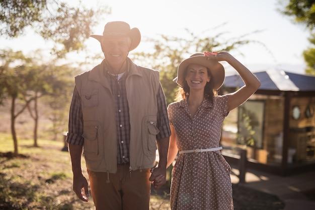 Couples aînés, tenant mains Photo gratuit