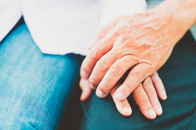 Des Couples Asiatiques âgés Se Soutiennent Mutuellement, Mise Au Point Sélective Photo Premium