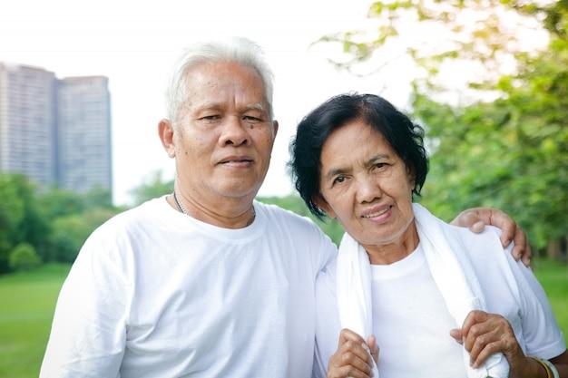 Les Couples Asiatiques Plus âgés Font De L'exercice Dans Le Parc. Photo Premium