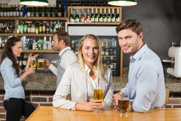 Couples, bière tenue Photo Premium