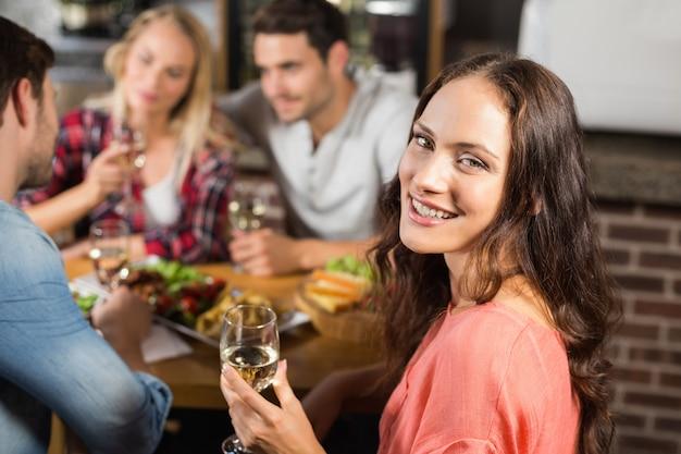 Couples buvant du vin blanc Photo Premium
