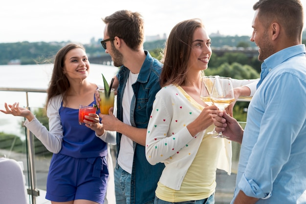 Couples discutant lors d'une fête en terrasse Photo gratuit