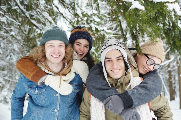 Couples Heureux Dans La Forêt D'hiver Photo gratuit
