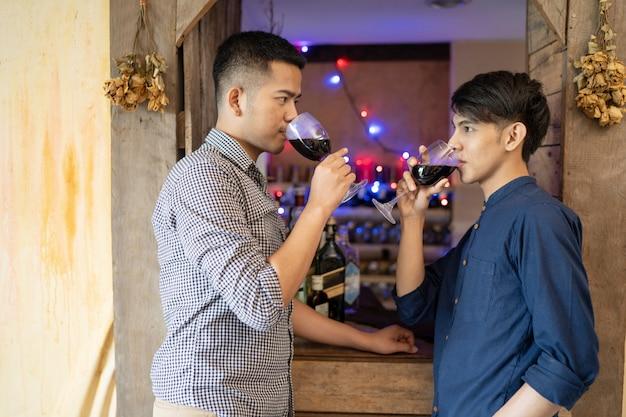 Les Couples D'hommes Lgbt Boivent Du Vin Célébrez La Saison De Noël Photo Premium