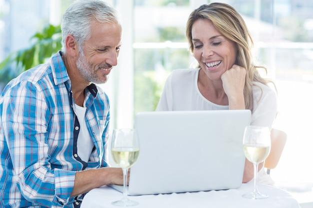 Couples Mûrs, Portable Utilisation, Table Photo Premium