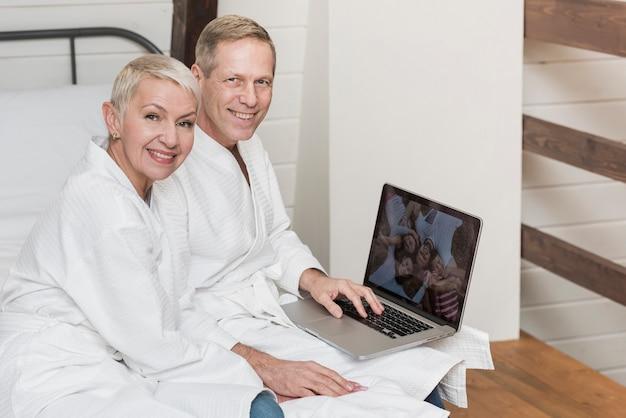 Couples Mûrs, Regarder Ensemble, Photos, Sur, Leur, Ordinateur Portable, Chez Soi Photo gratuit