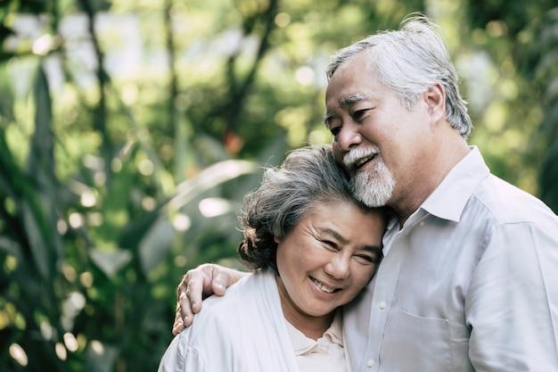 Couples de personnes âgées dansent ensemble Photo gratuit