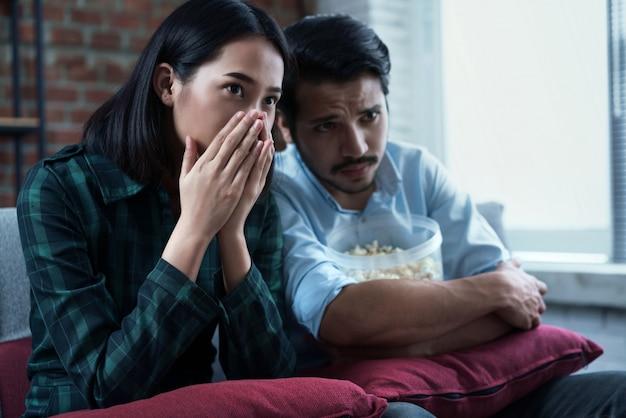 Les couples regardent des films à la maison. il est ravi du film. Photo Premium