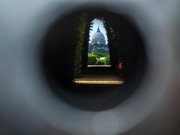 La coupole de la basilique saint-pierre vue à travers le célèbre trou de serrure de rome Photo Premium