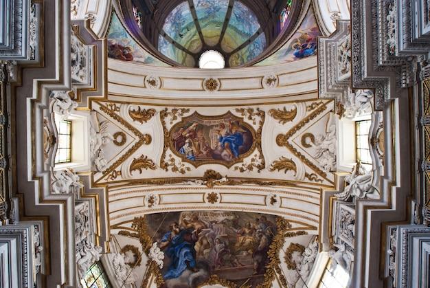 Coupole et plafond de l'église la chiesa del gesu ou casa professa à palerme Photo Premium