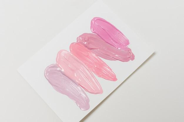 Coups de brillant à lèvres sur papier Photo gratuit