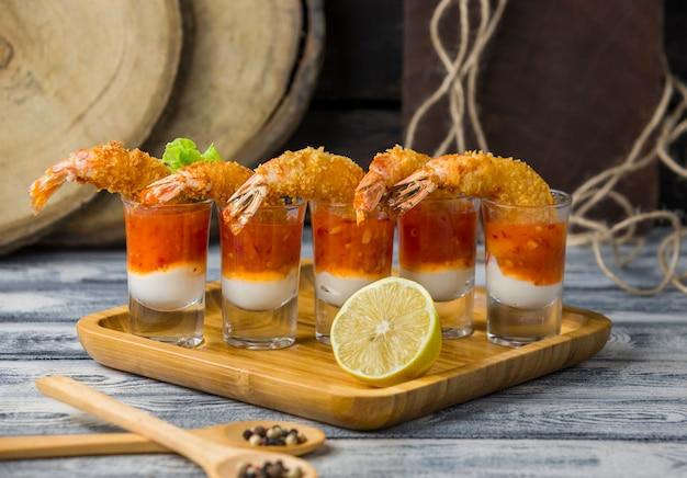Coups de cocktail de crevettes frits remplis de mayonnaise et de sauce chili douce Photo gratuit