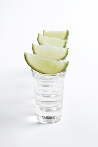 Coups De Tequila Avec Des Tranches De Citron Vert Photo gratuit