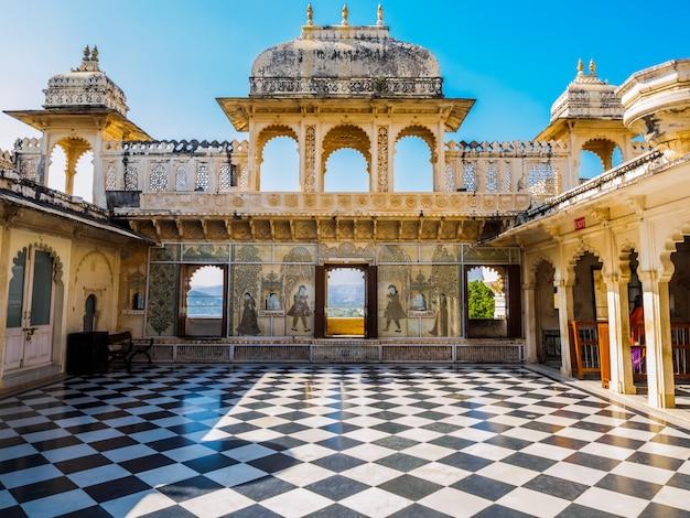 Cour au palais de la ville d'udaipur à udaipur, rajasthan, inde Photo Premium