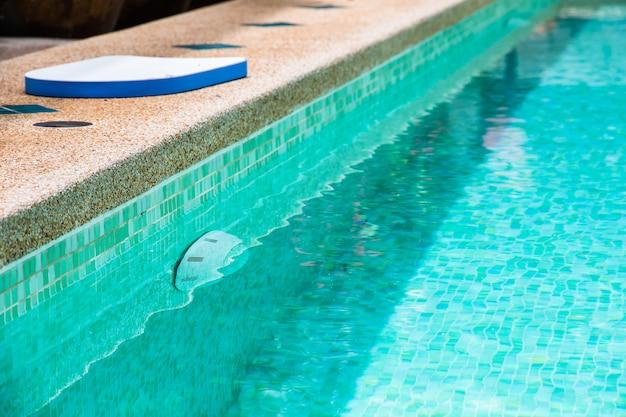 Cour moderne d'une piscine à l'eau claire Photo Premium