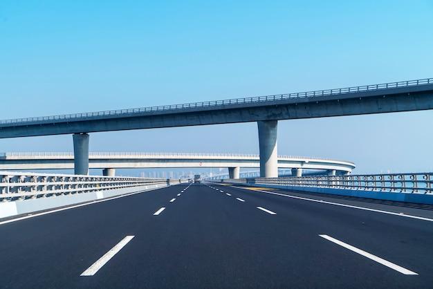 Courbe de route en béton du viaduc en chine de shanghai en plein air Photo Premium