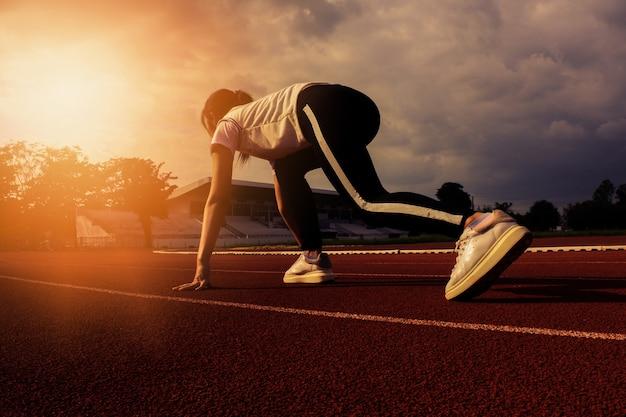 Coureur féminin au départ de la course. et créer des athlètes en bonne santé pour travailler. Photo Premium