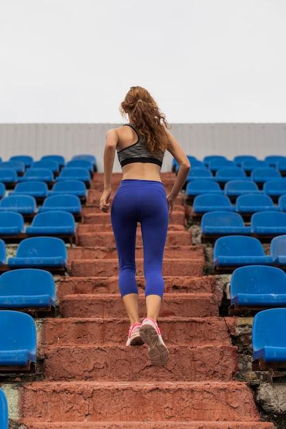 Coureur, femme, escaliers, stade Photo gratuit