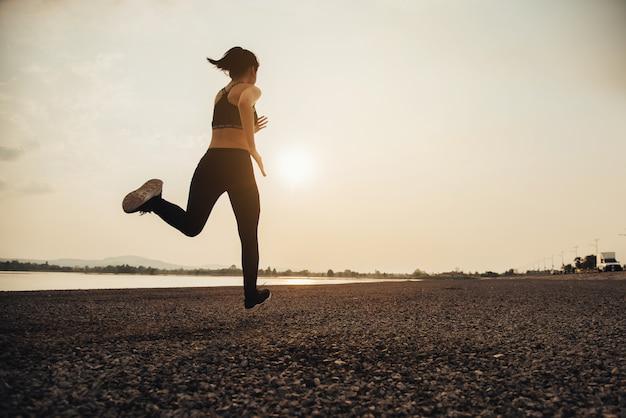 Coureur De Femme Jeune Fitness Photo gratuit