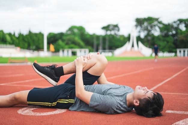 Coureur homme douleur au genou en cours d'exécution ou de jogging Photo Premium