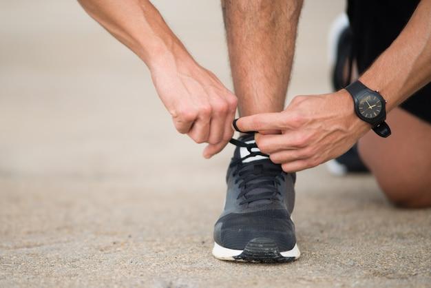 Coureur méconnaissable se prépare à faire du jogging Photo gratuit
