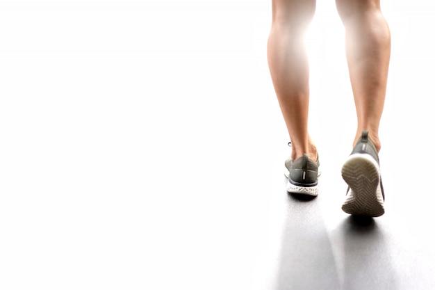 Coureur sportif pieds courir sur la route. Photo Premium