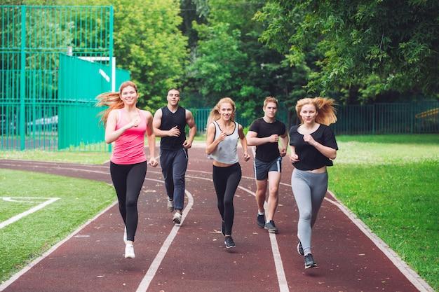 Coureurs professionnels en cours d'exécution sur une piste de course. Photo Premium
