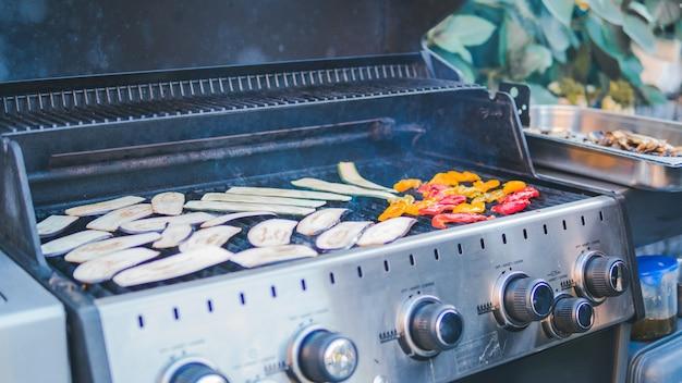 Courgettes Tranchées, Grillées, Pique-nique Avec Barbecue En Plein Air. Barbecue De Courge Rôti Sur Une Grille Métallique. Barbecue Végétalien. Cuire Des Légumes Sur Le Gril à L'extérieur Photo Premium