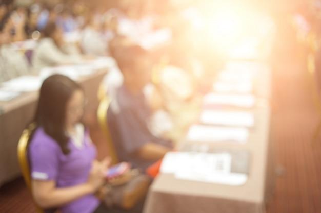 La couronne écoute le discours du président lors d'une réunion de travail. public dans la salle de conférence. affaires et entrepreneuriat. Photo Premium