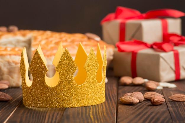 Couronne Jaune Avec De La Nourriture Et Des Cadeaux Photo gratuit