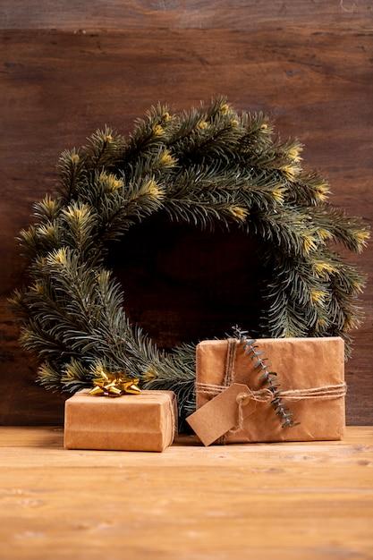 Couronne de noël et cadeaux emballés Photo gratuit