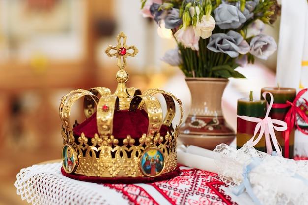 Couronnes de mariage. couronne de mariage à l'église prête pour la cérémonie de mariage. fermer. divine liturgie. Photo Premium