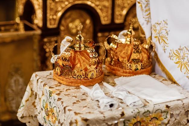 Couronnes de mariage. couronne de mariage à l'église prête pour la cérémonie de mariage Photo Premium
