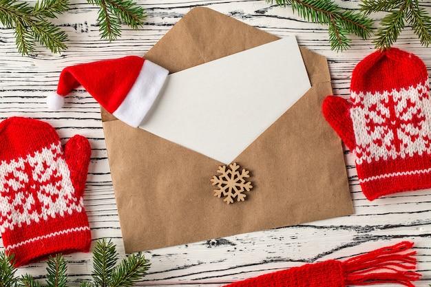 Courrier de noël, enveloppes avec des lettres sur une table en bois clair. Photo Premium