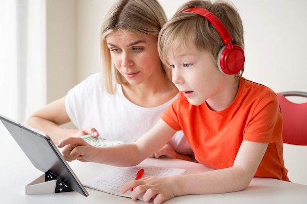 Cours D'apprentissage Mère-enfant Sur Tablette Numérique Photo gratuit