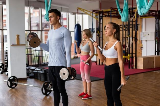 Cours de conditionnement physique masculins et féminins ensemble Photo gratuit