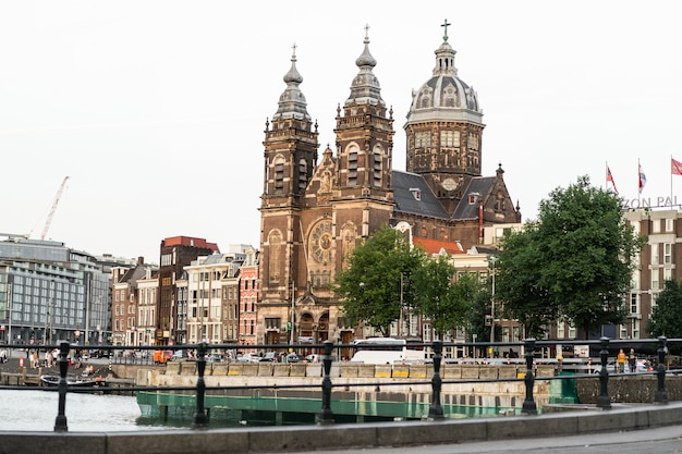 Cours confortables d'amsterdam, bancs, vélos, fleurs dans des bacs. rues d'amsterdam Photo gratuit