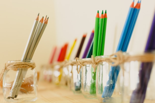 Cours à l'école d'art montessori et dessin avec des peintures colorées Photo Premium