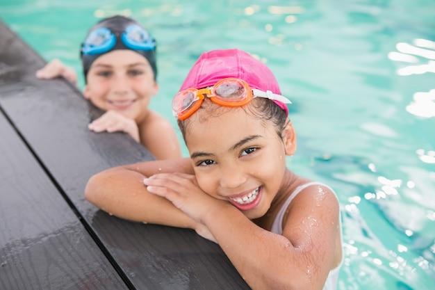 Cours de natation mignon dans la piscine du centre de loisirs Photo Premium